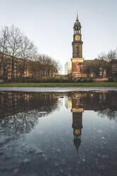 Deutschland, Hamburg, Neustadt. Die Hauptkirche St. Michaelis spiegelt sich in einer Pfütze - KEBF01810