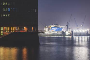 Deutschland, Hamburg, Altona, Hafen bei Nacht - KEBF01819