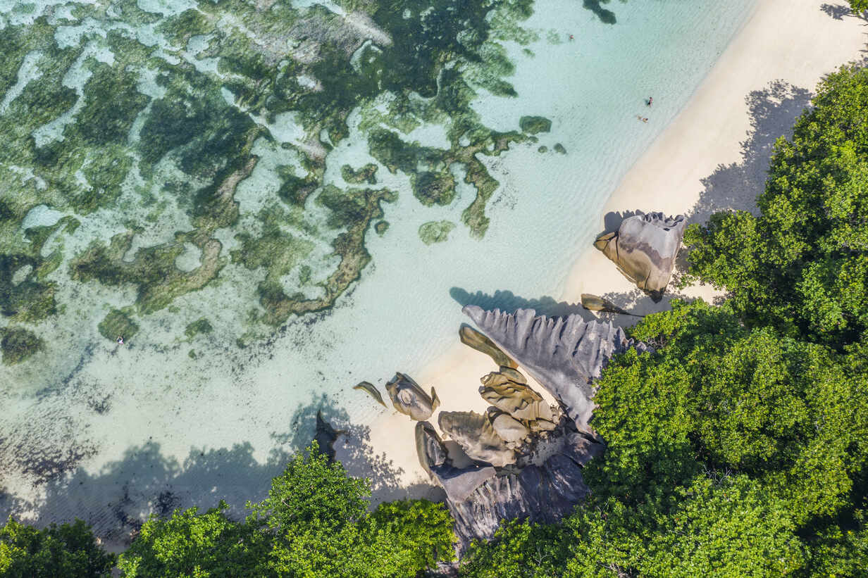 Drone view of granite rock formations of Anse Source DArgent beach in summer - RUEF03199 - Martin Rügner/Westend61