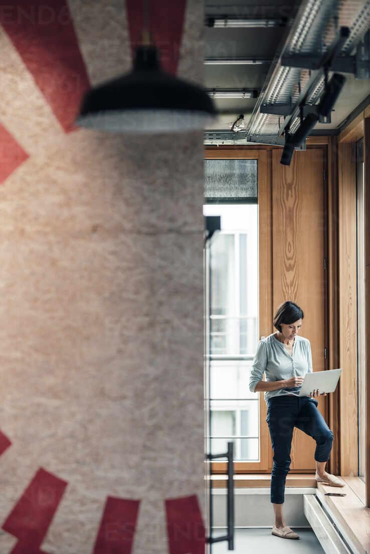 Weibliche Unternehmerin arbeitet am Laptop im Büro - JOSEF03616 - Joseffson/Westend61