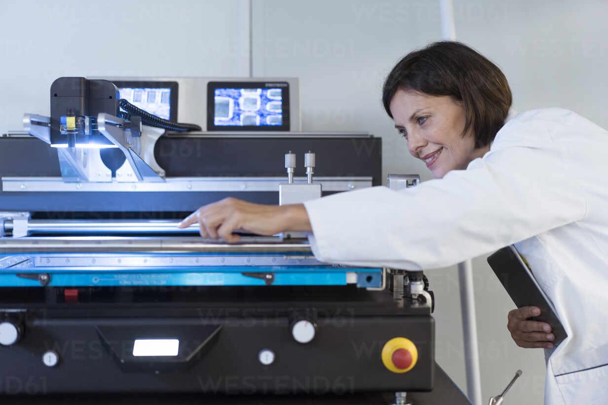 Weiblicher Ingenieur bei der Analyse von Maschinen in einer Fabrik - JOSEF03751 - Joseffson/Westend61