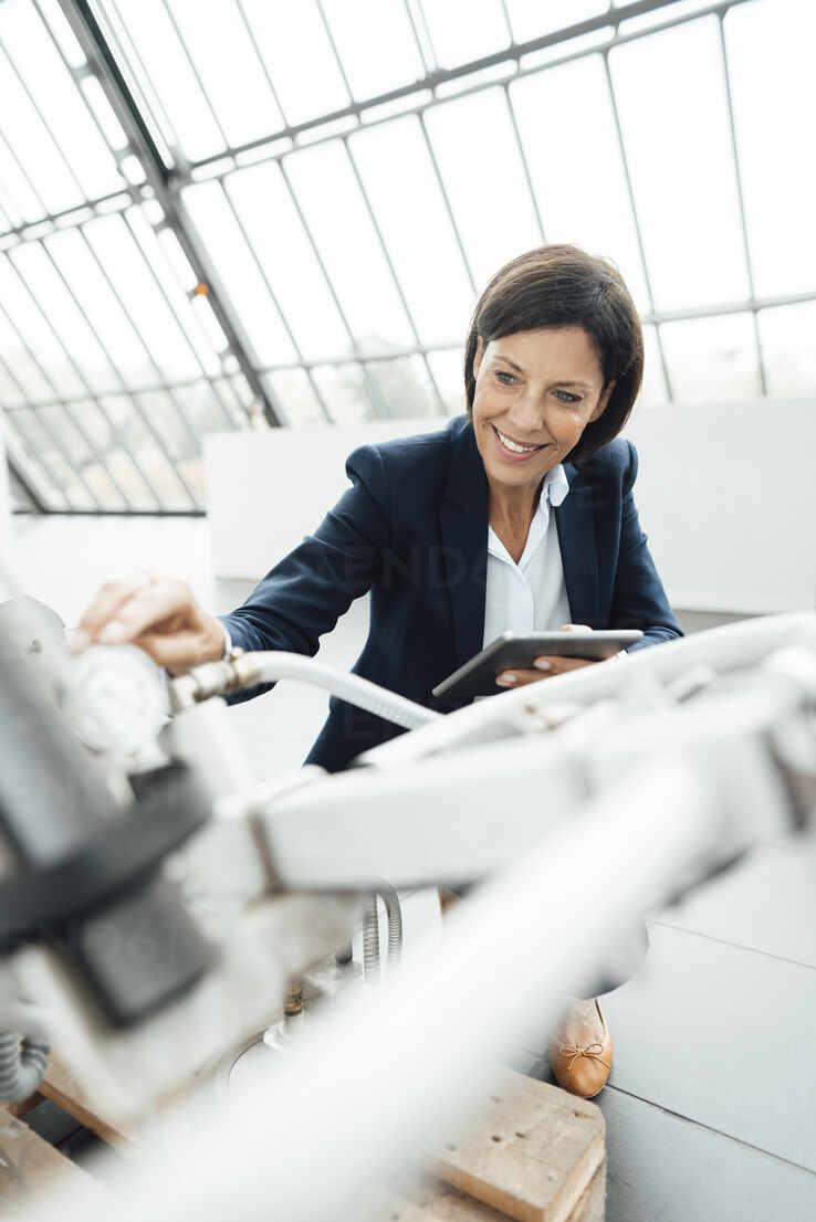 Deutschland, NRW, Gelsenkirchen, Business, Industrie, Büro, Frau, 55 Jahre, - JOSEF03811 - Joseffson/Westend61