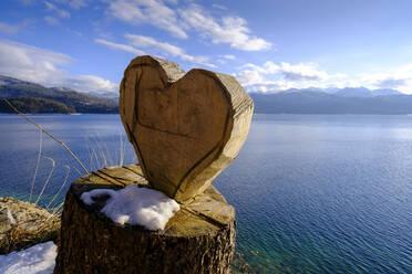 Herz an einem Baumstumpf, Holzherz, Walchensee im Winter, bei Urfeld, Oberbayern, Bayern, Deutschland - LBF03392