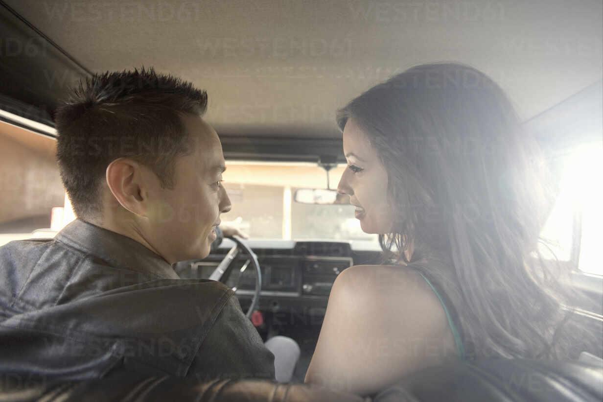 Paar schaut sich gegenseitig an, während es im Auto sitzt - AJOF01088 - LOUIS CHRISTIAN/Westend61