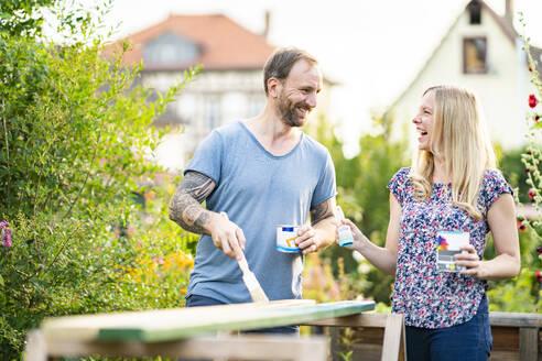 Deutschland, Hessen, Münzenberg, Paar arbeitet handwerklich im eigenen Garten, Eigenheim, Selbstverwirklichung, DIY, Handwerken, Beziehung, Holzarbeit - AKLF00088