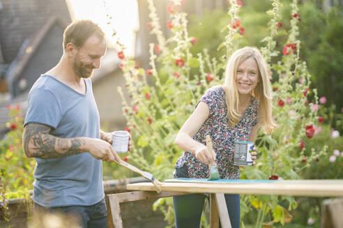 Deutschland, Hessen, Münzenberg, Paar arbeitet handwerklich im eigenen Garten, Eigenheim, Selbstverwirklichung, DIY, Handwerken, Beziehung, Holzarbeit - AKLF00091