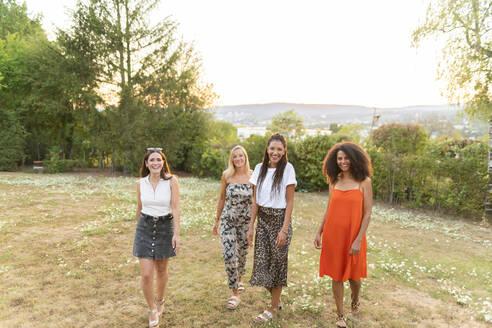 Deutschland, Hessen, Wiesbaden, Freundinnen haben Spaß im Sommer im Garten, Diversität, Gemeinschaft, Nähe, Werte, Lebensfreude, Zuversicht - AKLF00118