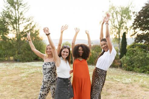 Deutschland, Hessen, Wiesbaden, Freundinnen haben Spaß im Sommer im Garten, Diversität, Gemeinschaft, Nähe, Werte, Lebensfreude, Zuversicht - AKLF00121