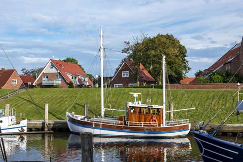 Boot im Hafen von Greetsiel, Krummhörn, Ostfriesland, Niedersachsen, Deutschland, - LHF00854
